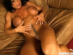 male bodybuilder plays with her big clit on her