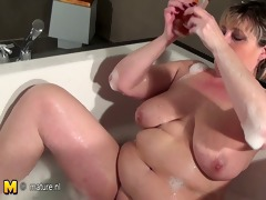 older doxy mother with saggy tits taking a bath